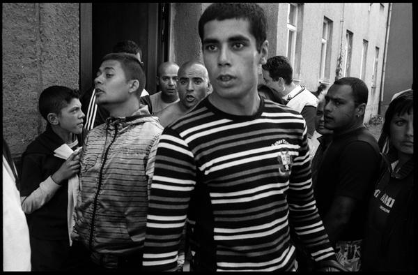 Des roms réagissent lorsque des néo-nazis s'approchent de leurs habitations