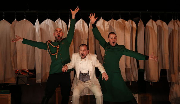 extrait-du-spectacle-la-grande-duchesse-de-jacques-offenbach-au-theatre-de-l-athenee-louis-jouvet-a-paris-le-11-decembre-2013_4647182