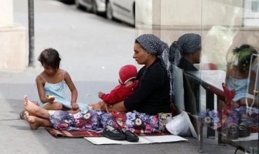 7765190662_une-femme-avec-ses-deux-enfants-dans-le-quartier-de-la-bastille-a-paris-le-22-aout-2013