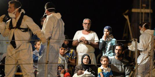 4457836_3_d8a8_des-migrants-secourus-en-italie-le-13-mai-2014_368a6ccb4600e60018de70ff9d448a7f