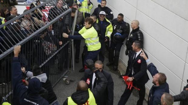 des-manifestants-tentent-d-entrer-au-siege-d-air-france-a-roissy-le-5-octobre-2015_5437267