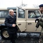 828430-le-ministe-de-la-defense-jean-yves-le-drian-vient-a-la-rencontre-de-soldats-de-l-operation-sentinell
